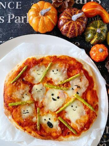 トッピングしたモッツアレラチーズ部分に焼のりでお顔をつけるだけで楽しいおばけのパーティーピザになります。レシピではピザ生地から作っていますが、市販のピザ生地を使えばすごく手軽に作れておすすめ!時間がないときでもみんなでワイワイと楽しく作れそう!