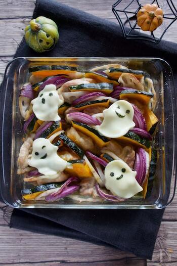 好きな野菜とお肉を詰めてオーブンで焼くだけのシンプルレシピ。簡単ですがボリュームたっぷり!かぼちゃやにんじん、ピーマンなど色とりどりの野菜とお肉を入れたら見た目も華やかで、ハロウィンパーティーにはぴったりです。ポイントはお化けの形に切ったスライスチーズを乗せること。これだけでお子さまも大喜びなスペシャルメニューの出来上がりです。