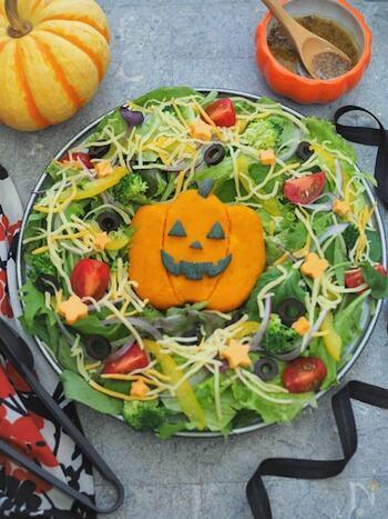 レンジで柔らかくしたかぼちゃをこんなふうにかぼちゃの形にしてアレンジすると、ハロウィンリースサラダの出来上がり!サラダは色とりどりの野菜をたくさん使ってボリュームを出すのがポイントです。