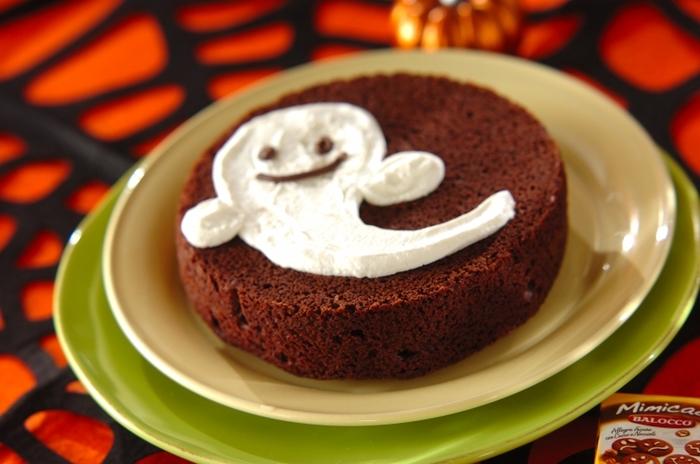 こちらもホットケーキミックスを使って作った簡単おばけケーキ。お好きな板チョコとホットケーキミックスを混ぜて焼き、ホイップクリームをおばけの形になるよう絞るだけ。お子さまもきっと喜ぶはず!