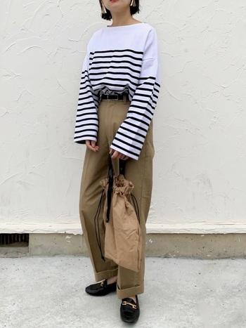 ビッグシルエットのボーダーカットソーと合わせれば、心地よいカジュアルな雰囲気が。裾をロールアップしてシューズをチラ見せ。