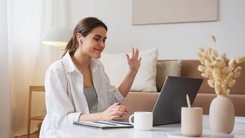 キャンブリーとは、ネイティブとオンラインで英会話を楽しめるサービスです。会話をしながらその場で翻訳してくれたり、レッスンを録画してくれたりなど、多くのサポート機能で「実際の会話はまだ自信がない...」という人も安心して利用することができます。