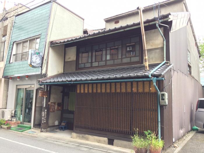 もともと吉祥寺にあったお店が取り壊しになり移転先を考えていた時に、観光で訪れた松本が気に入り、こちらでお店をやることになったという「かうひいや三番地」。蔵書やレコードもたくさんあり、奥行きのある広々とした空間が特徴のお店です。