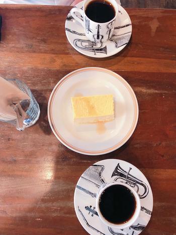 チーズケーキはリキュールがかかっていて、大人な味。レコードを聞きながらゆっくりと一息ついて、旅の疲れも忘れてしまう程落ち着く空間に、ついつい長居してしまいます。カップ・ソーサーも楽器のデザインでとても素敵です。