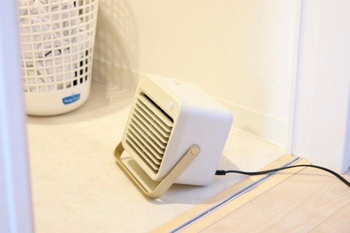 壁に設置するのが難しいときには、こちらのブロガーさんのように、床に暖房器具を置いてあたためる方法もあります。床に置いて使うタイプは、持ち運びもできるので使いたいときだけ使えて便利。試しに設置してみて合わなければほかの場所で使うこともできます。迷ったときには、リーズナブルなものをお試しでひとつ置いてみても◎