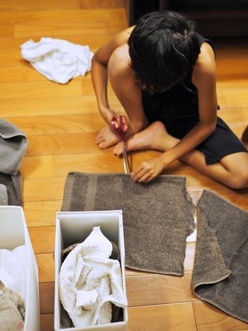 古くなったタオルなどで作る雑巾ウェス。縫い合わせたりしないため手軽に作ることが出来ます。はさみを使って切るだけなので、大きな布切りばさみが使えるようになったらお願いしてみましょう。