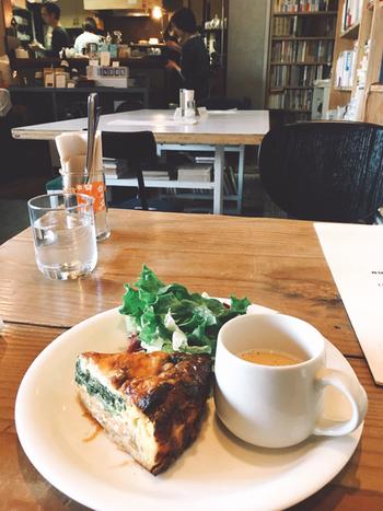 カフェでは、小説に登場するメニューをいただくことができます。こちらは、「シャーロック・ホームズのビールのスープとサーモンパイ」。名探偵シャーロック・ホームズと相棒のワトスンを想像しながら召し上がれ。