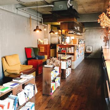 店内には、日本文学やエッセイ、ラテンアメリカ文学など約1,000冊あります。自宅から本を持ってくるのも良いですし、ここで新しい本に出合えるのもブックカフェの魅力。