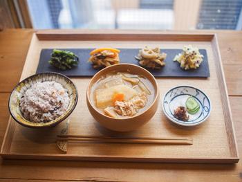フードメニューも充実。こちらの「野菜中心の定食」は、その名の通り煮物と和えもの、雑穀ごはんのヘルシーな組み合わせ。何度食べても飽きのこない、どこか懐かしい日本のごはんです。