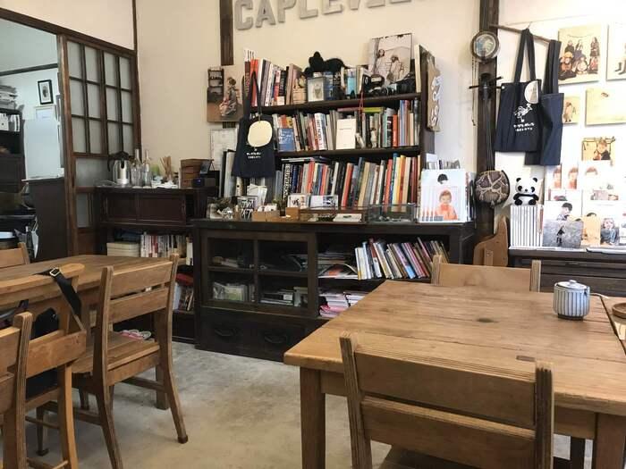 古民家をリノベーションした店内は、アンティーク家具が置かれた居心地の良い空間。本棚には、フランスの写真集やアート、シネマ、イラスト本などが並びます。