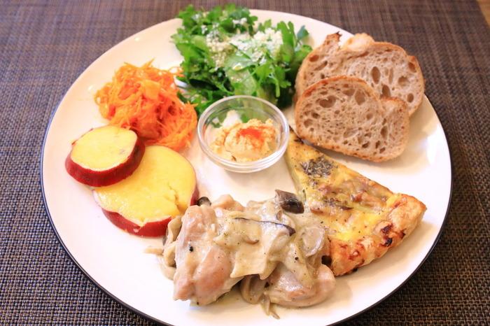 月替わりの「デリランチプレート」は、寒い時期は体が温まるもの、暑い時期は食欲が出るものなど、体にやさしいメイン料理と自家製ドレッシングをかけたサラダやデリなどがワンプレートでいただけます。ある月のメインは「鶏ときのこのフリカッセ」。ほかには「長ネギとハムのキッシュ」「さつまいものレモンクリーム煮」など彩り豊かなお料理が少しずついただけますよ。