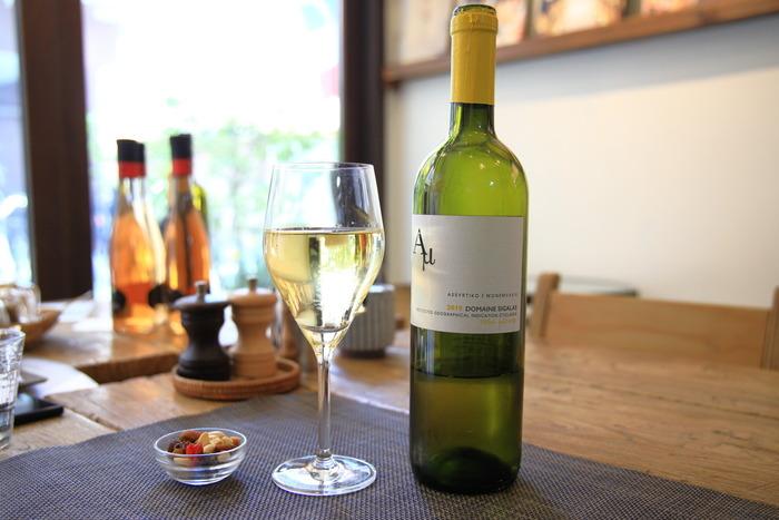 ワインも充実していて、グラスはフランス産を中心に月替りで常時赤白10種類、ボトルでは30種類以上も。おいしいワインを片手に本の世界に浸ってみてはいかがでしょうか?