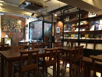 地下にある店内は、静かで落ち着いた空間。雨にちなんだ本や旅を題材にしたもの、新旧の絵本や写真集などが揃っています。本が読みやすい程度に落とした照明は、リラックス効果もありそう。