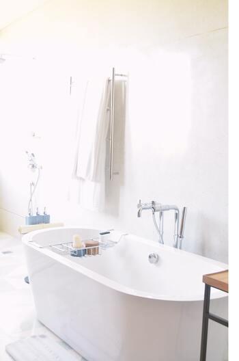 もうひとつ、家の中に多い酸性の汚れと言えば、手垢や皮脂汚れです。おすすめはお風呂!浴槽やお風呂の床などの掃除に使えます。