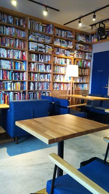 """下北沢の駅から歩いて5分ほどの場所にある「RBL Cafe(アールビーエル カフェ)」は、辞書や図鑑好きな方ならきっと気に入るブックカフェです。それもそのはず、店名の頭文字は""""Reference Book Library(参考図書)""""のことで、クイズ問題を作るための資料として使用した本がたくさん並んでいますよ。"""