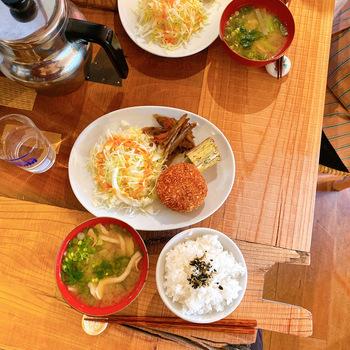 東京で活躍していた料理研究家が店主さんのお店。「リビルディングセンター」で出張料理をするようになり、そこで出会う人々や土地の空気が体に馴染んできた頃にオープンを決めたのだそう。古民家をリノベーションした素敵な空間で、地元食材を使用した、野菜メインのボリューム満点ワンプレートランチが楽しめます。