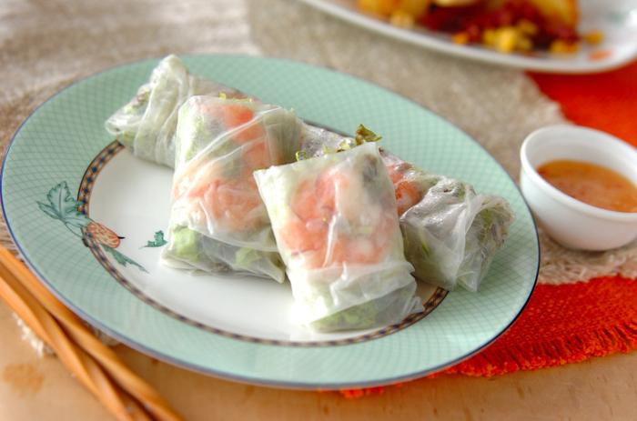 えびとたっぷりの野菜を巻いたベーシックな生春巻きは、いつも食べたくなるさっぱりとしたおいしさ!ソースは  定番のスイートチリソースに、アボカドディップのレシピもご紹介しています♪