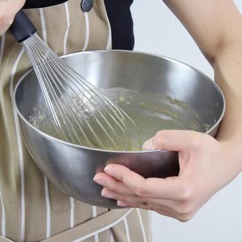 適度な深さがあり、底の平らな面を少なくすることでかき混ぜやすい構造。餃子の具をこねるときにも活躍しそう。