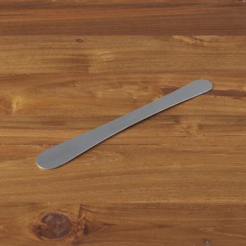 衛生的で丈夫なステンレス製で、余計な装飾を省いた端正なデザインが印象的な「あんベラ」。金属加工の産地・燕三条の職人さんが作ったシンプルで高品質なへらは長く愛用できそう。