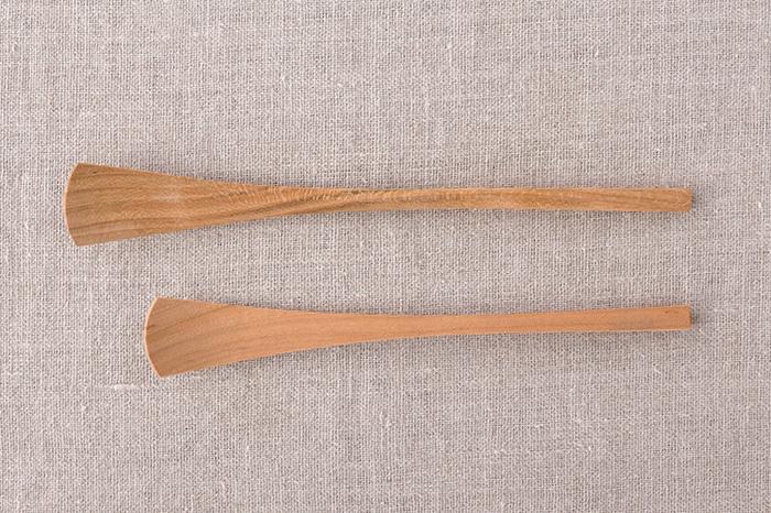 フラットな見た目ながら、先端の絶妙なカーブのおかげですくいやすいジャムスプーン。桜の木を削り出して一本一本手作りされているから、手触りや握りやすさもバツグン。