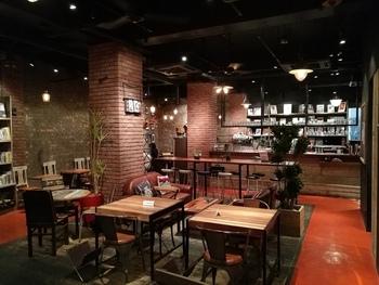 "「BLUE BOOKS cafe(ブルーブックスカフェ)」は、ジャズクラブを運営するブルーノート・ジャパンプロデュースの""音楽と本、料理に出会える大人のための食堂""がコンセプトのブックカフェ。駅から徒歩4分の地下にある自由が丘店は、レンガ造りでシックな雰囲気です。"
