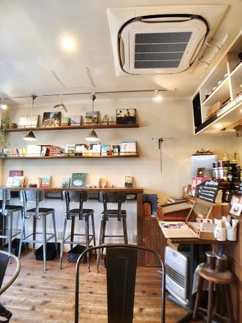 吉祥寺駅から7~8分歩いた中道通りにある「Blackwell Coffee(ブラックウェル コーヒー)」は、焙煎からドリップまで手作業で行う専門店。オーナーのコーヒー好きが講じてお店を開き、ご自身でデザインや内装も手がけたこだわりのカフェです。