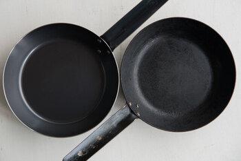 手作り餃子がカリッとおいしく焼ける、鉄のフライパン。扱いにくそうな鉄のフライパンですが、慣れるとお手入れも簡単。きちんとお手入れしていれば、10年以上使えます。