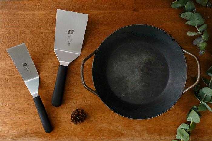 パリッとおいしそうに焼けた餃子。崩さずにお皿に盛りつけたいですよね。こちらは、フライパン上の食材をスムーズに取り出すことができるターナー。