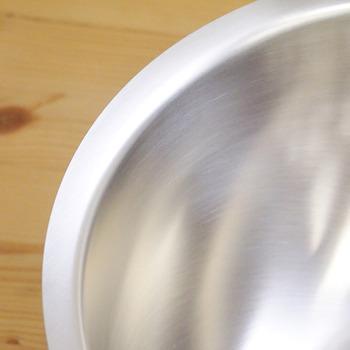 フチの部分は持ちやすく使いやすいように角度をつけてあり巻き込みがないので、汚れがたまらずお手入れも簡単です。