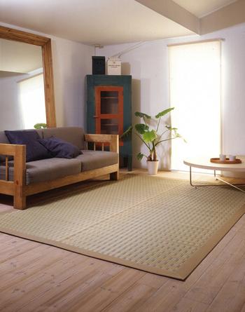 和のインテリアには、木材や竹、和紙、麻など自然を感じさせる素材や色が欠かせません。中でも代表的なのが、畳。モダンなフローリングのお部屋でも、い草や竹のラグを置くことで和の雰囲気をプラスすることができます。