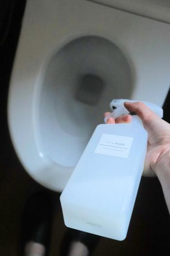 クエン酸スプレーは、便器の中からトイレの壁・床まで幅広く使えます。便器内の汚れがひどい部分は、トイレットペーパーを使ってクエン酸パックすればOK!クエン酸の成分がアンモニアの臭いを中和してくれるので、トイレ全体の消臭にもなります。