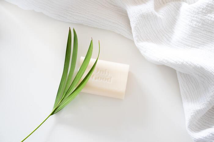更に、お風呂には「石鹸カス」と言われる石けん成分が溜まった白い汚れも付着します。この石鹸カスは基本的にはアルカリ性ですが、皮脂汚れと混ざり合ったものもあり、クエン酸だけでは落としきれないことも。重曹とクエン酸2つを使って掃除してみてください。