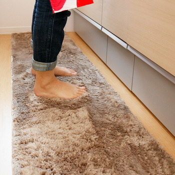 キッチンの足元の冷え対策には、あったかマットを敷くのがおすすめです。こちらは、ふかふかの感触で、断熱加工も施されているマット。素足でも気持ち良く、通気性に優れているので夏になってもそのまま使えちゃいます。季節を気にせず使えて洗濯機で丸洗いできるのも嬉しいポイント♪