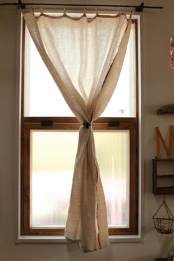 こちらのブロガーさんは、DIYで内窓の断熱対策を行っています!断熱材には、ポリカーボネート板を使っているのだそう。窓枠から作る本格派ですが、取っ手には100均素材を使うなど身近な材料が上手に生かされています。