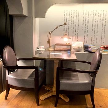 """Esola池袋の4Fにある「梟書茶房(フクロウショサボウ)」は、コーヒー好きの菅野眞博さんと、本好きの柳下恭平さんが作ったお店。本と珈琲それぞれの魅力を伝えるため""""書茶房""""と名付けました。"""