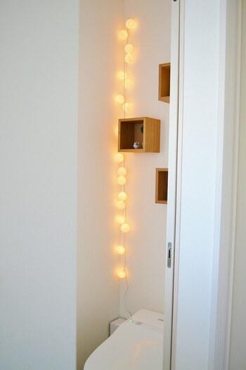 こちらのブロガーさんのトイレには、とってもおしゃれなインテリアアイテムが飾られています。トイレは視覚的にも寒さを感じる場所です。インテリアを工夫して、あたたかいライトや癒される置物などを置くのもおすすめです♪
