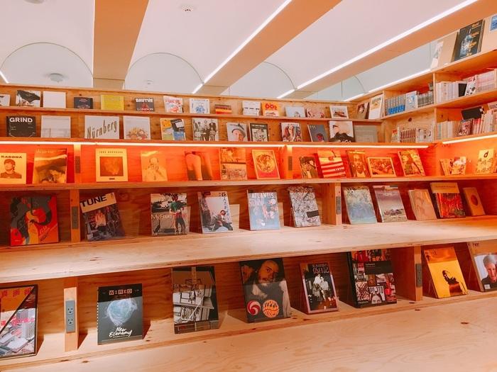 """都内に4店舗ある「BOOK AND BED TOKYO(ブック アンド ベッド トウキョウ)」は""""泊まれる本屋""""がコンセプトのホステル。出版を手がける本屋さん「SHIBUYA PUBLISHING & BOOKSELLERS」がセレクトした約2,500冊の本は、漫画からレアなものまで幅広いラインナップ。"""