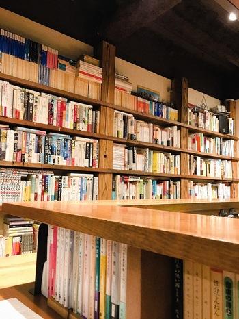 出版社で勤務していた、オーナーの根井浩一さんが開いた「BOOK & BAR 余白」は、カウンターや本棚にぎっしりと本が入っていて、その数2,000冊。根井さんが「置いておきたい」と思う本やお客さんが持ってきてくれた本などジャンルはさまざまです。