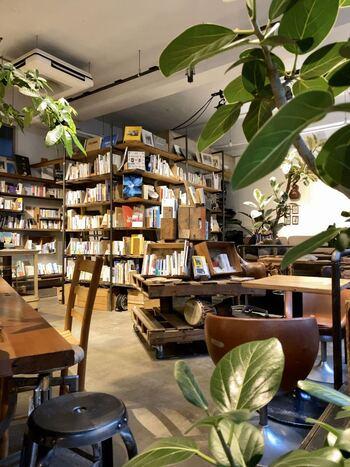 森の中にいるかのようにたくさんの観葉植物が置かれています。生命感あふれるグリーンと、アンティーク家具や趣きのある雰囲気がとても心地良く感じられますよ。  本棚に並ぶのは、ベストセラーの小説からレシピ本までいろいろ。アットホームなブックカフェで、ゆっくり過ごしてみませんか?