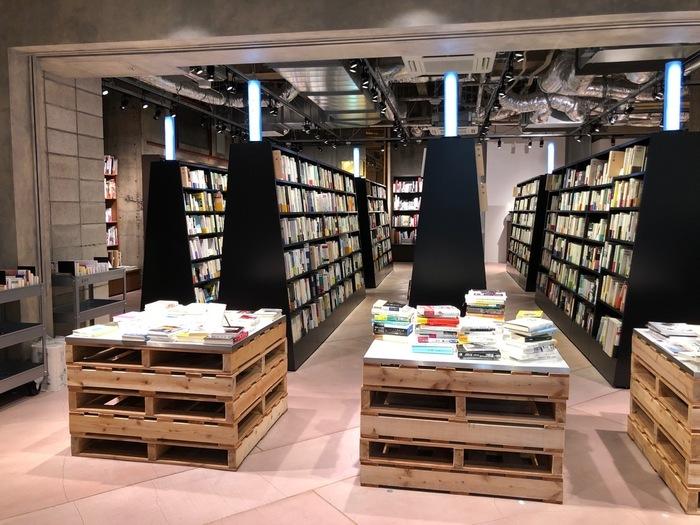 青山ブックセンターの跡地にオープンした「文喫」は、有料・無料エリアに分かれているブックカフェ。無料スペースには、ファッションや情報誌などの雑誌が約90種類あります。入場料を支払って入るエリアには、海外文学や心理学などさまざまなジャンルの本が約3万冊。  営業時間内は追加料金なしでいられるので、一日中本に囲まれて過ごせますよ。