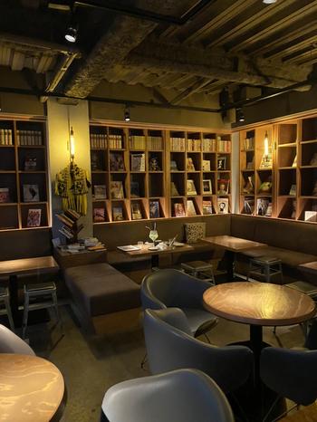 照明を落としたバータイムは、昼間とは違った雰囲気。店内にある3万冊の蔵書は、写真集やエッセイなど軽く読めるものが多く、読後感が良いものをそろえているそう。朝から夜遅くまで営業しているので、週末の朝や仕事帰りなどさまざまなシーンで立ち寄りたくなりカフェです。