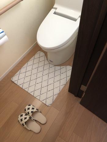 こちらのブロガーさんが使っているのは、拭けるトイレマット。水拭きで汚れを落とせるので、ささっと掃除しやすくなります。さらにこのマットはあたたかさも感じられるのだそう♪トイレアイテムを見直してみるのも良いですね。
