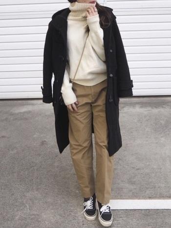 タートルネックセーターにダッフルコートを合わせた冬定番のほっこりコーデも、チノパンを履くことでカジュアルで気軽な印象に。