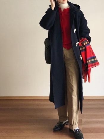 赤のカーディガンとストールをアクセントにした冬らしい着こなし。ライトベージュのチノパンで、軽やかさをプラスしています。