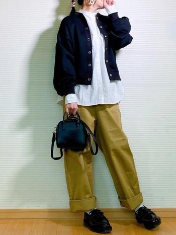 ビッグシルエットのシャツとワイドパンツなら、きちんとした中にもゆったりとした空気感が。バッグやシューズでトラッド感のあるアクセントを。