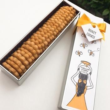 花のような形をした「はちみつクッキー」は、女の子のイラストがキュートな缶入り。材料はたった4つだけで、全て国産のものを使用。はちみつは愛媛県産で、ひと口食べると甘い香りがふんわりと広がります。