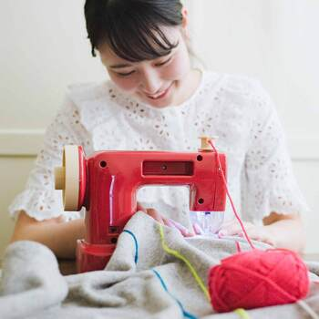毛糸で刺繍をしたり、毛糸で生地と生地を縫うことができたら良いのにと思ったことはありませんか?そんな方におすすめの、優れものアイテムがこちらの「毛糸ミシン」です。生地と生地を縫合する。アイテムを毛糸でつなげてガーランドを作る。刺繍をするなどが、これ1台ででき、使い方もセットもとっても簡単なので、親子一緒にほっこりハンドメイドを楽しめます。