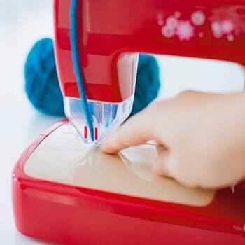 針から指を守るガードがついているので、子どもでも安心して使えます。また、縫いやすいガイドもついているので、刺繍をするときもキレイに仕上がります。本体の他に、グッズが作れる毛糸、布、わた、説明書などのキットもセットになっているので、届いたその日から素敵なアイテムを作ることができます。