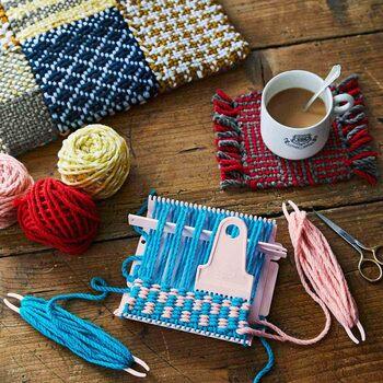 オリジナルの素敵なカラーの表情豊かな2色織りに慣れれば、小さな織り機でも、織ってつなげば、バッグやマフラーなど多彩なアレンジで、素敵なアイテムを仕上げることができます。