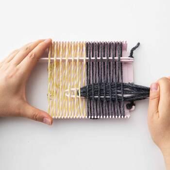 織り機と聞くと、大きな機織り機を想像する方も多いと思いますが、こちらは約12cm角のコースターを作るのにちょうどよいミニサイズの手織りツールで、フレーム、織り歯、シャトル、持ち上げバー、織り針、織りくしなどがセットになっているので、後は毛糸を揃えるだけでOK♪